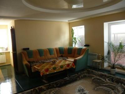Отдельные недорогие домики для уютного семейного отдыха - большая-комната-в-доме-2.jpg