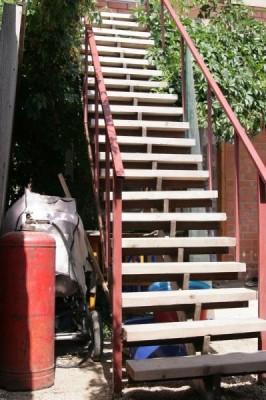 единственная лестница на 2ой этаж и балон с пропаном под ней - IMG_0088.JPG