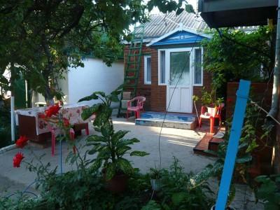 Отдельные недорогие домики для уютного семейного отдыха - вид-домика-около-порога.jpg